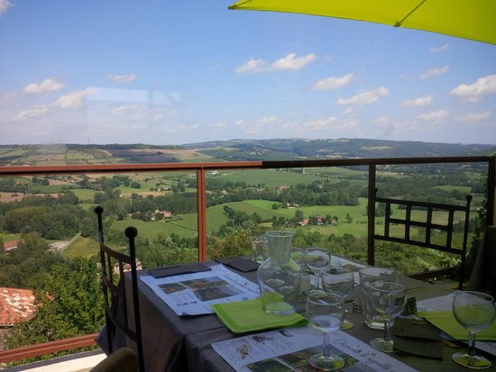 hilltop restaurant with a panoramic view in Cordes Sur Ceil