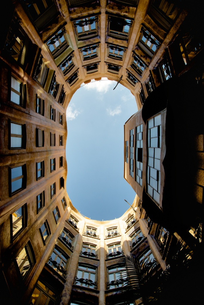 the view of the Casa Battlo atrium from the bottom of the courtyard