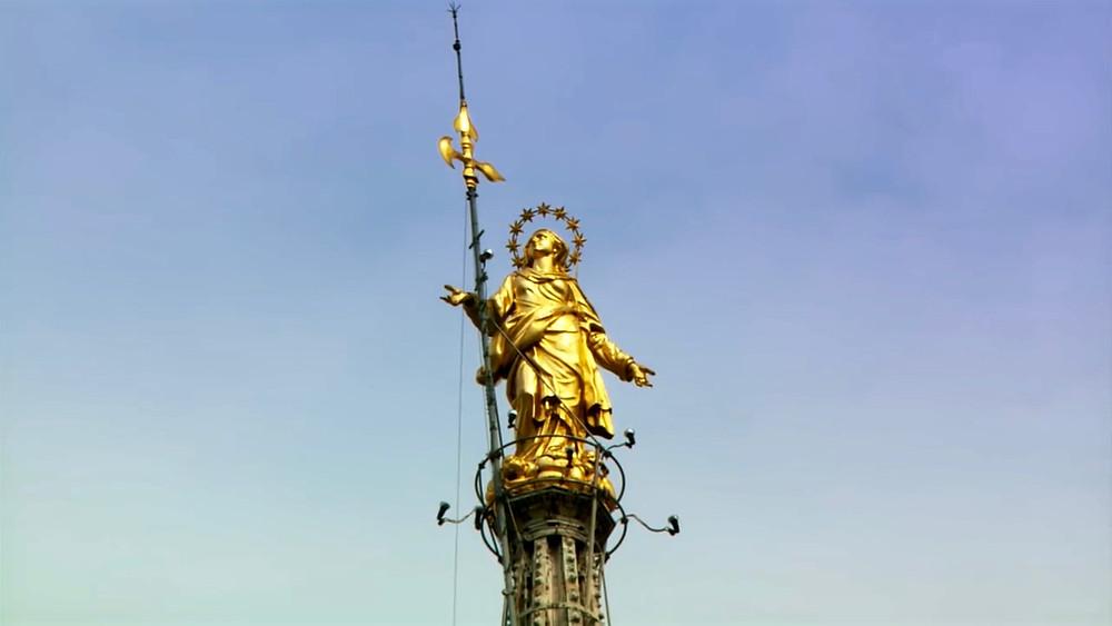 the golden Madonnina atop the Duomo