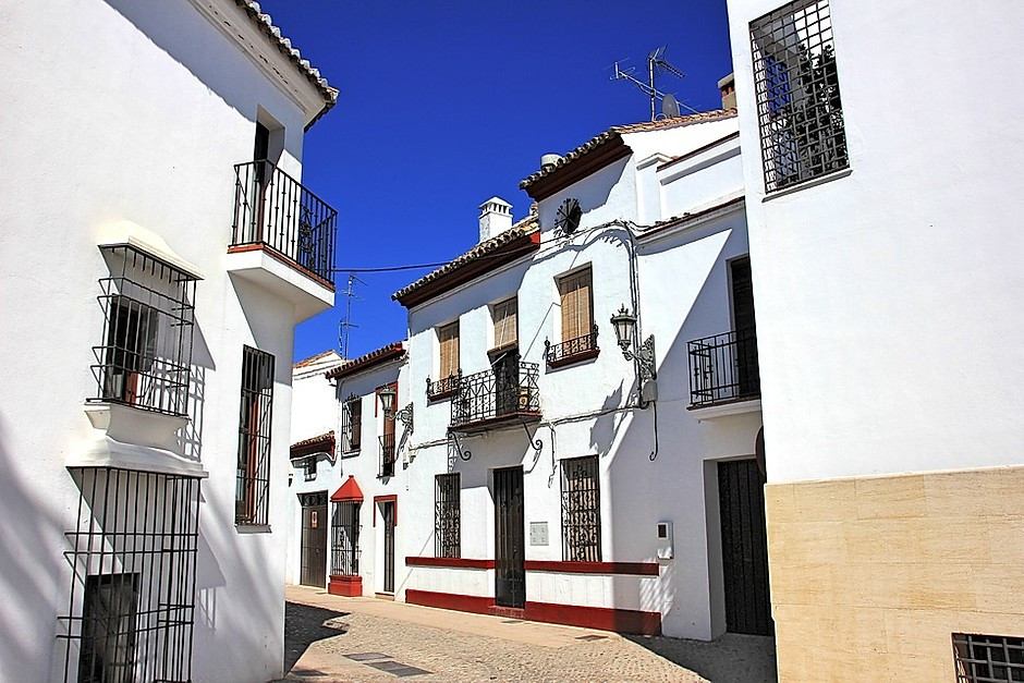 lane in the white pueblo town of Ronda