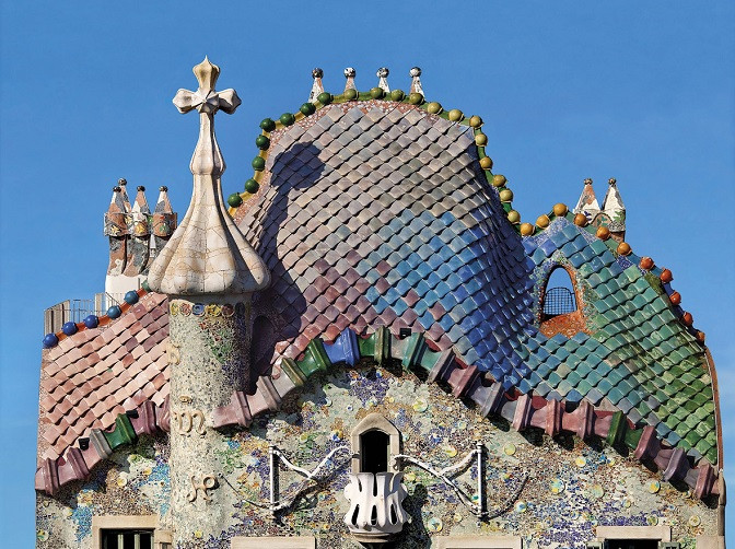 The dragon scaled roof of Casa Ballto. You can see a tiny rose shaped balcony at the bottom of the photo.