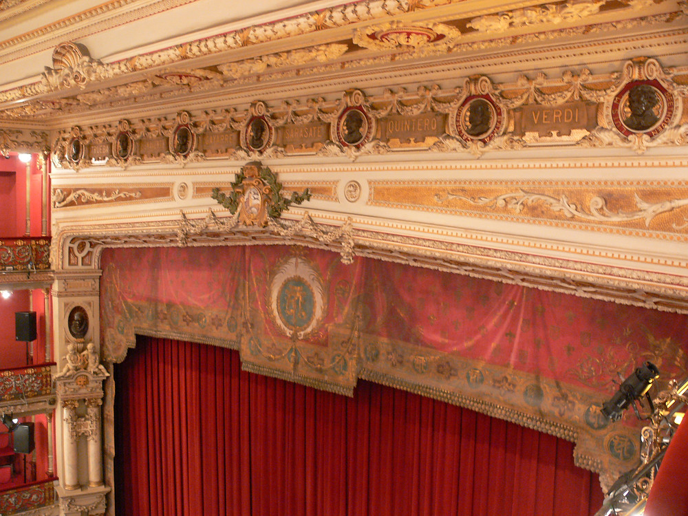 Beautiful stage in the theater auditorium. Image source: Wikimedia, Andreas Praefcke