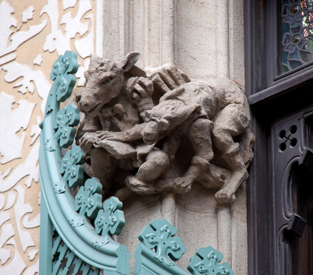 cute little sculptural animals on the facade off Casa Amattler