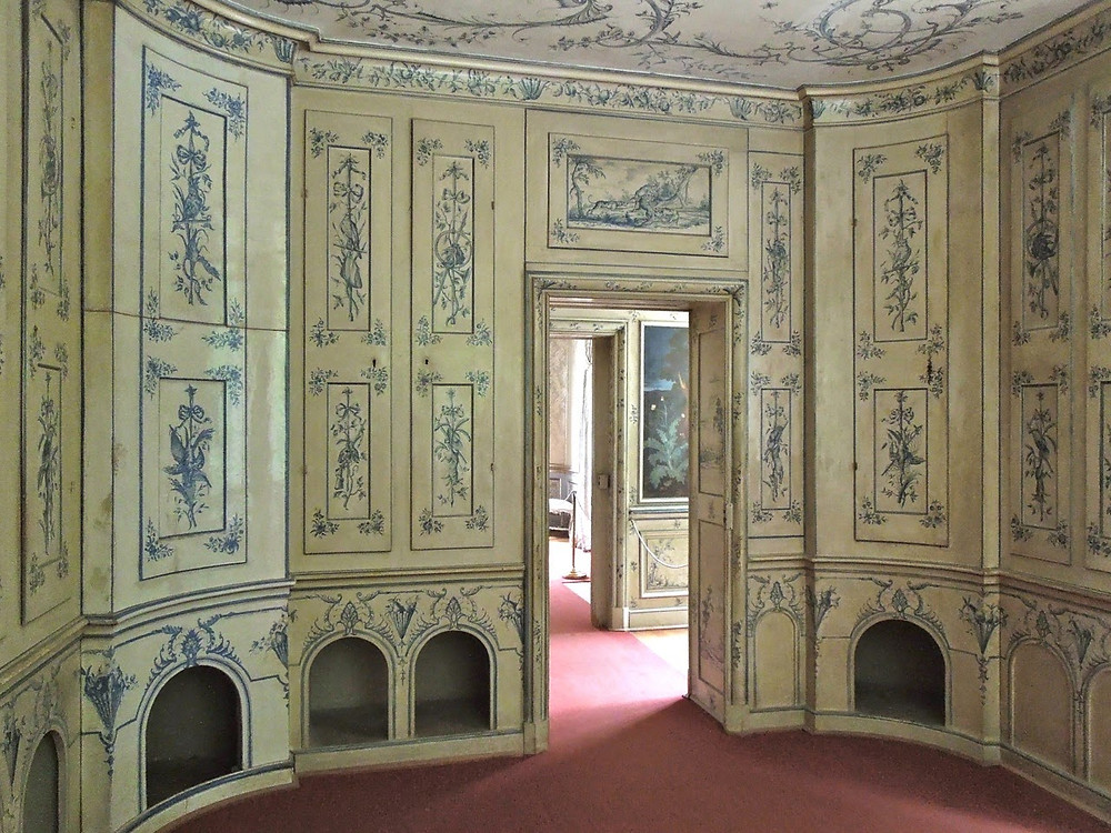 """the """"dog and gun"""" room in Amalienburg, a fancy kennel"""