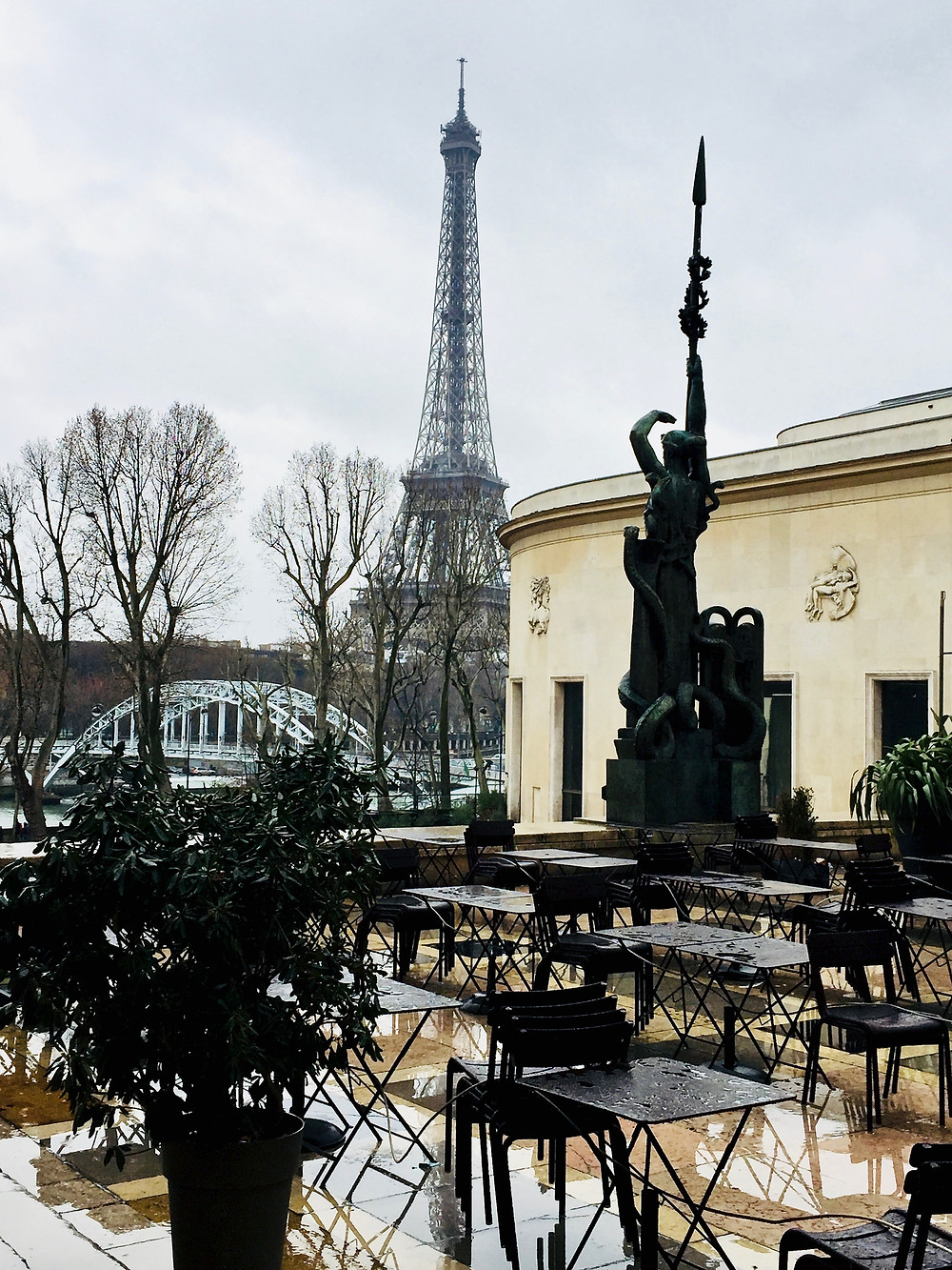 the outdoor cafe at Paris' Museo of Modern Art