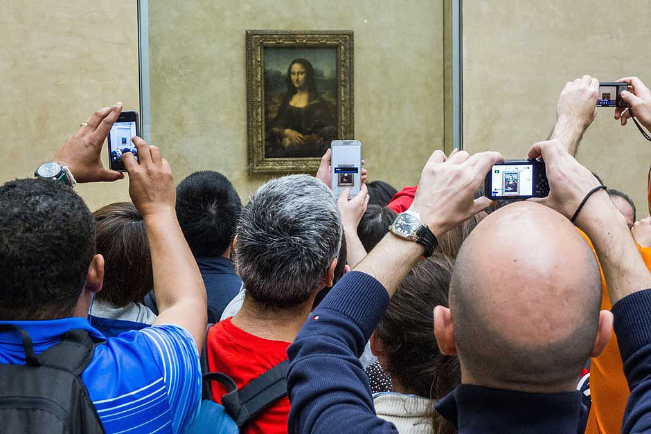 crowds around the Mona Lisa at the Louvre