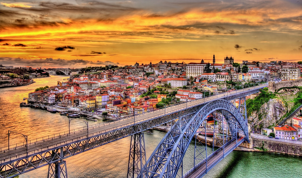 the Luis I bridge connecting Porto and Vila Nova de Gaia