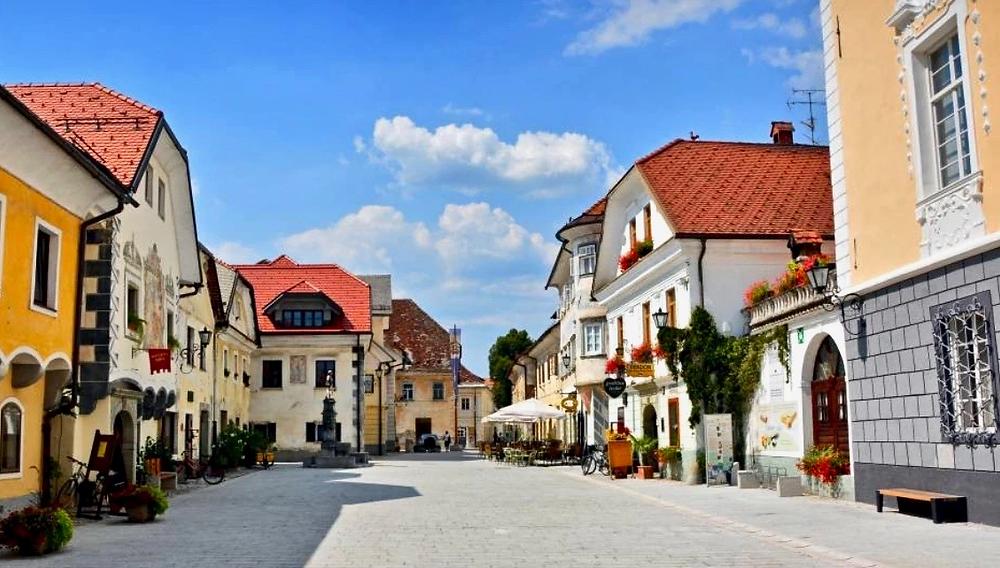 Linhartov trg square in Rodovjica