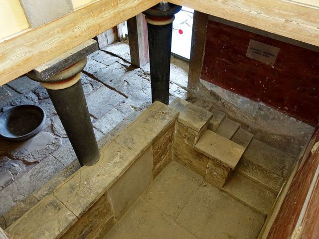 lustral basin the the throne room of Knossos