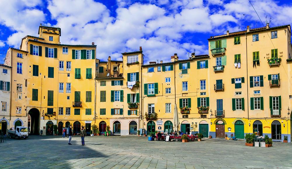 the splendid Piazza Anfiteatro in Lucca