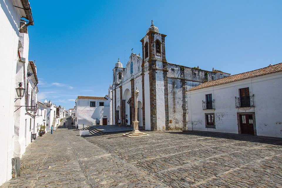 the whitewashed village of Monsaraz, 50 minutes from Evora