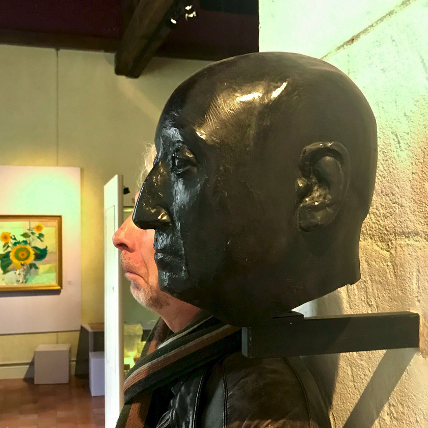 my travel parter statute mocking at Troyes' Museum of Modern Art