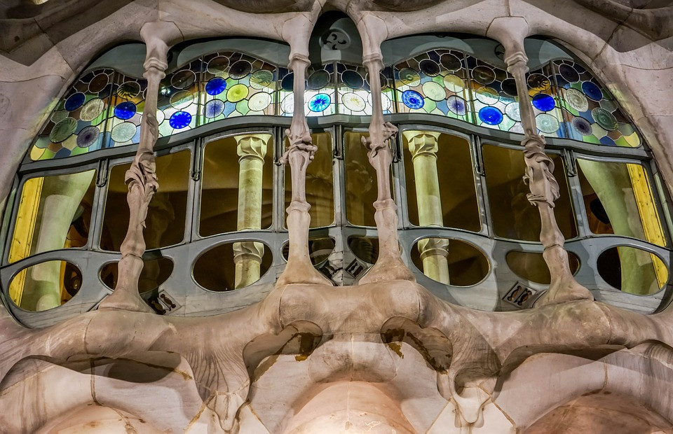 the famous exterior window of Casa Battlo, probably its most famous feature
