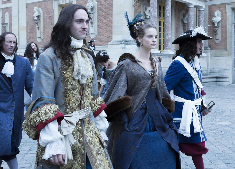 """an """"arrival scene"""" in the Cour d'Honneur of Versailles"""