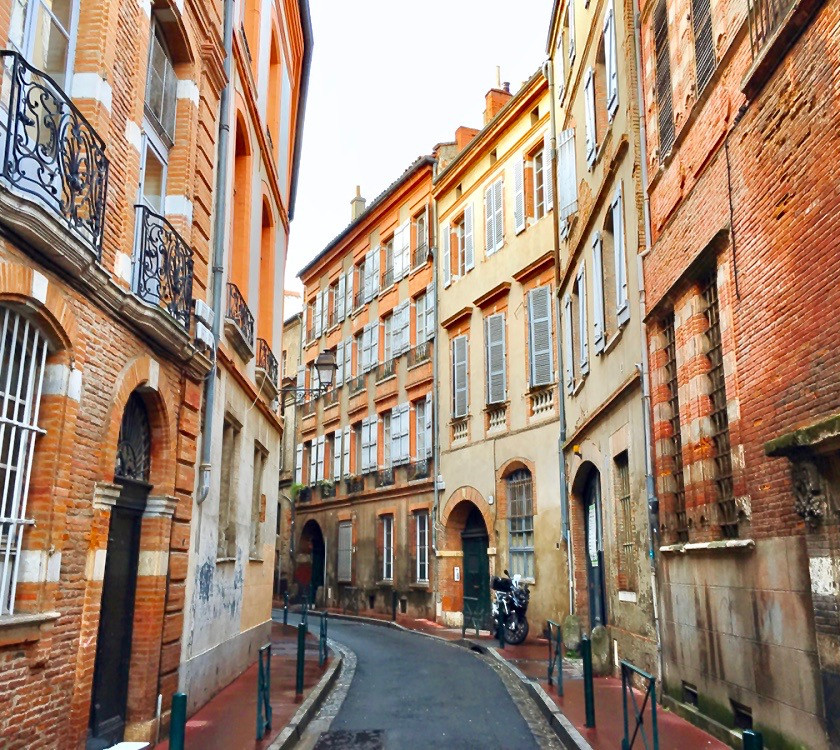 the pink and orange colors of Toulouse France