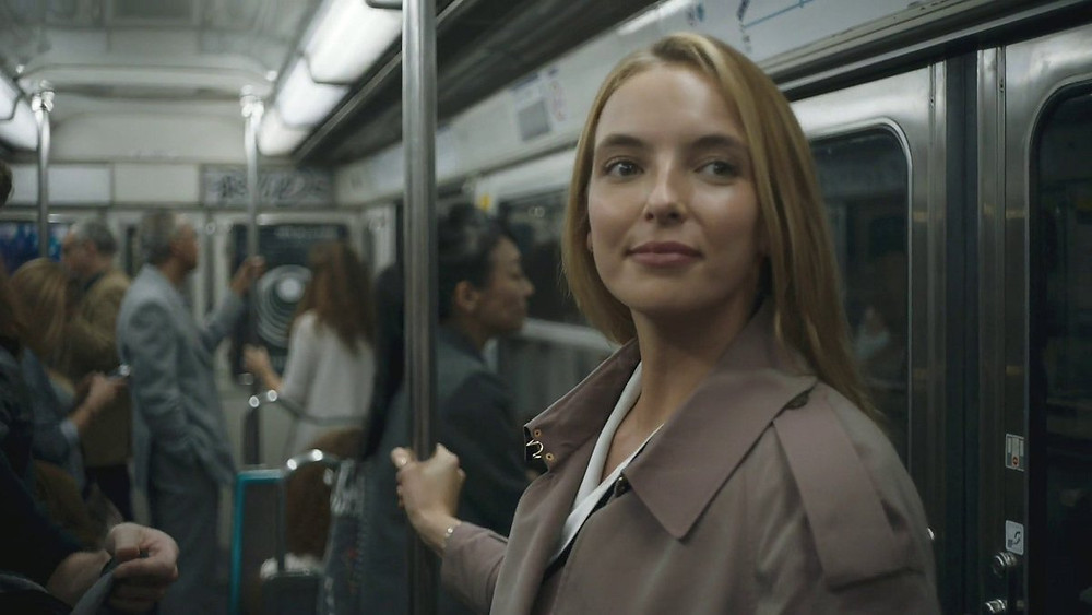 Villanelle gets on the Gambetta Metro stop in Paris