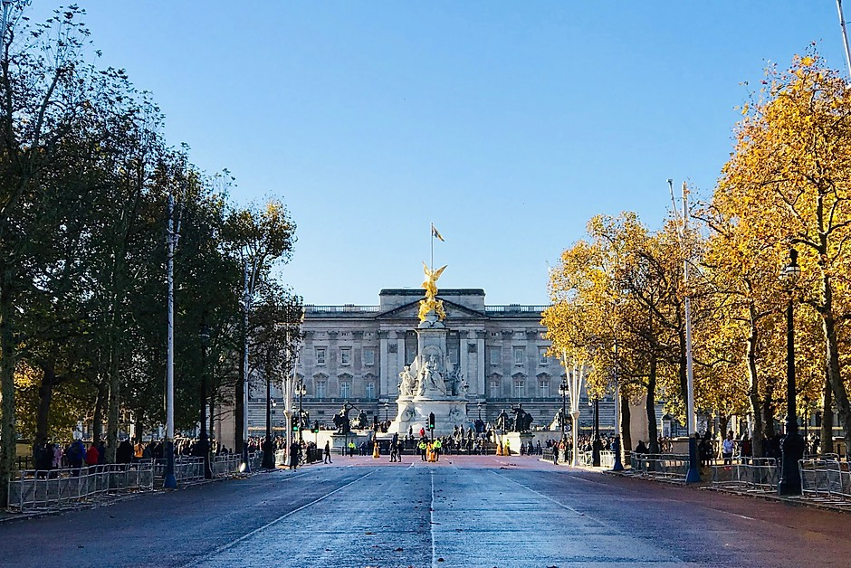 the Queen Victoria Statue in front of Buckingham Palace