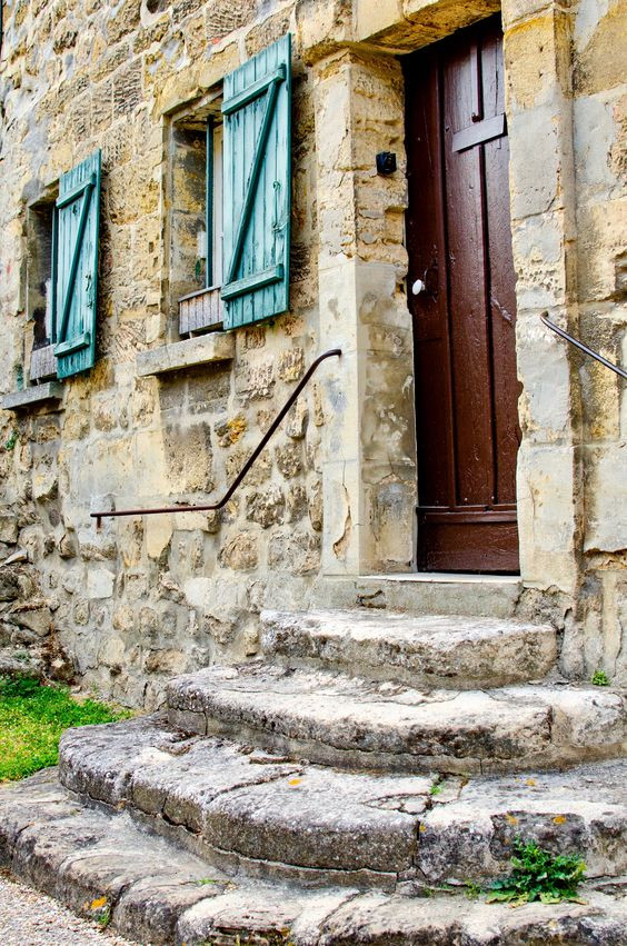 pretty stone house in Senlis France