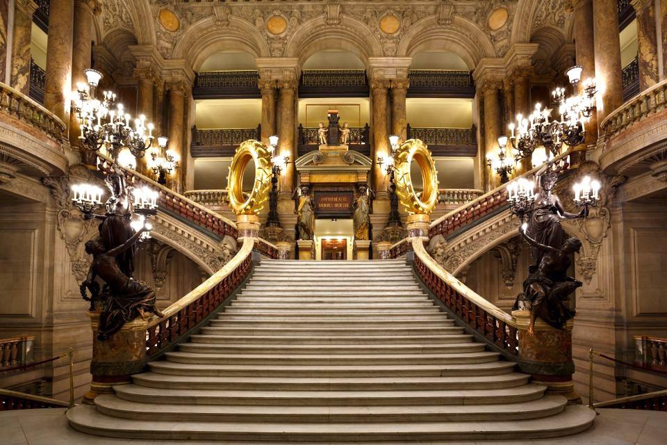 Claude Lévêque's installation Les Saturnales the opulent Paris opera house. © C. Pele