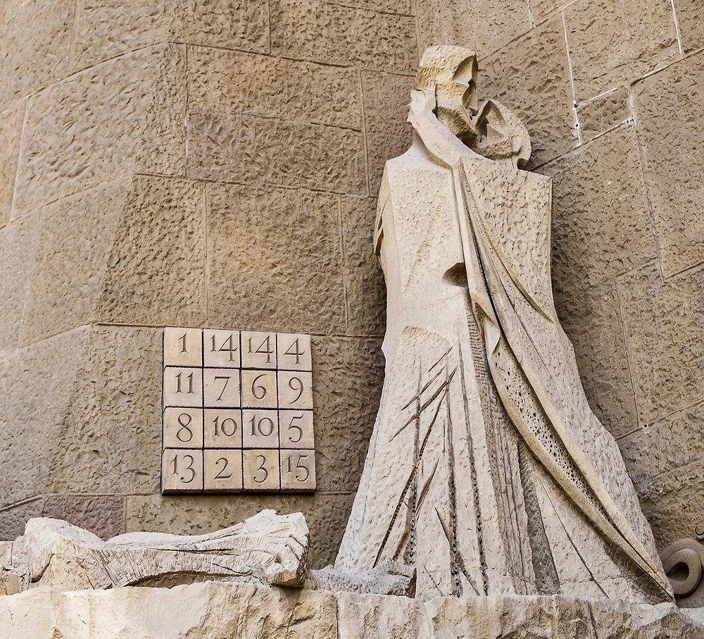 Judas kissing Jesus on the Passion Facade, on the left the mysterious 33 box