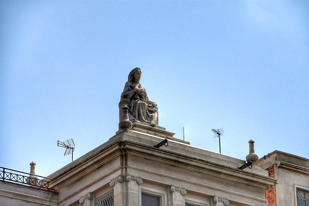 the offending Virgin Mary statue next door La Pedrera