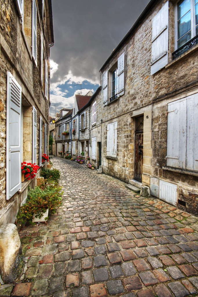 cobblestone street and stone houses in Senlis France