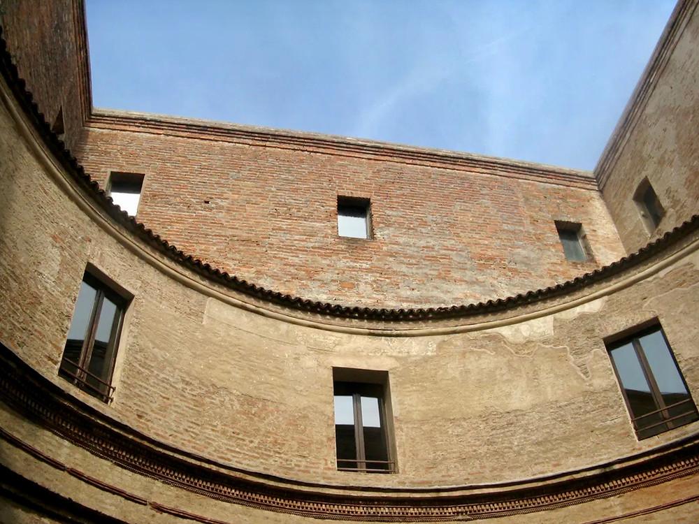 circular courtyard with an atrium in Casa Mantegna