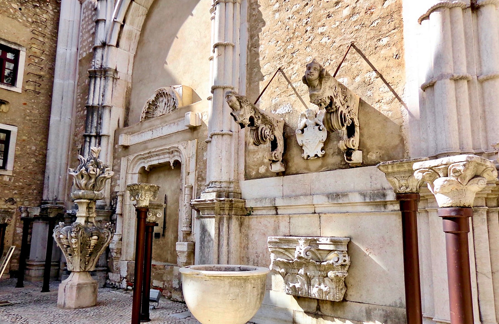 cool sculptural pieces in the Igreja do Carmo, especially that piece on the left