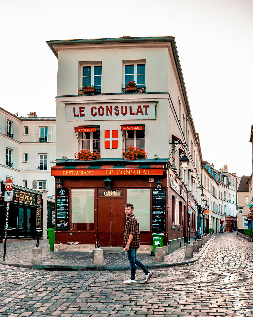 Le Consulat, a pretty (and popular) cafe in Montmartre