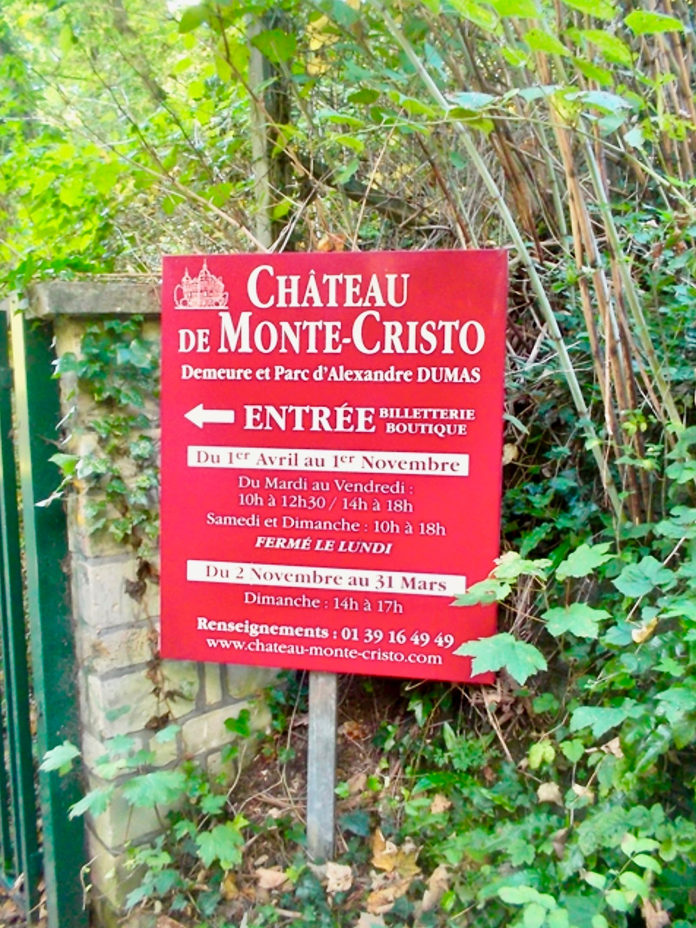 sign pointing the say to the Chateau de Monte-Cristo
