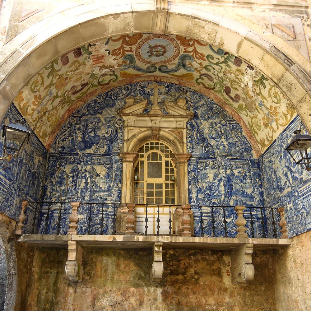 Porta da Vila, an azulejo tiled vault, at the entrance to Obidos
