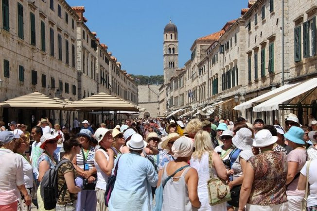 a horde of tourists in Dubrovnik