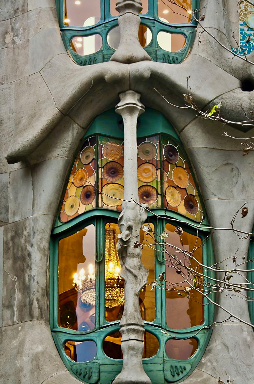 a window with a skinny shin bone on the facade of Casa Battlo
