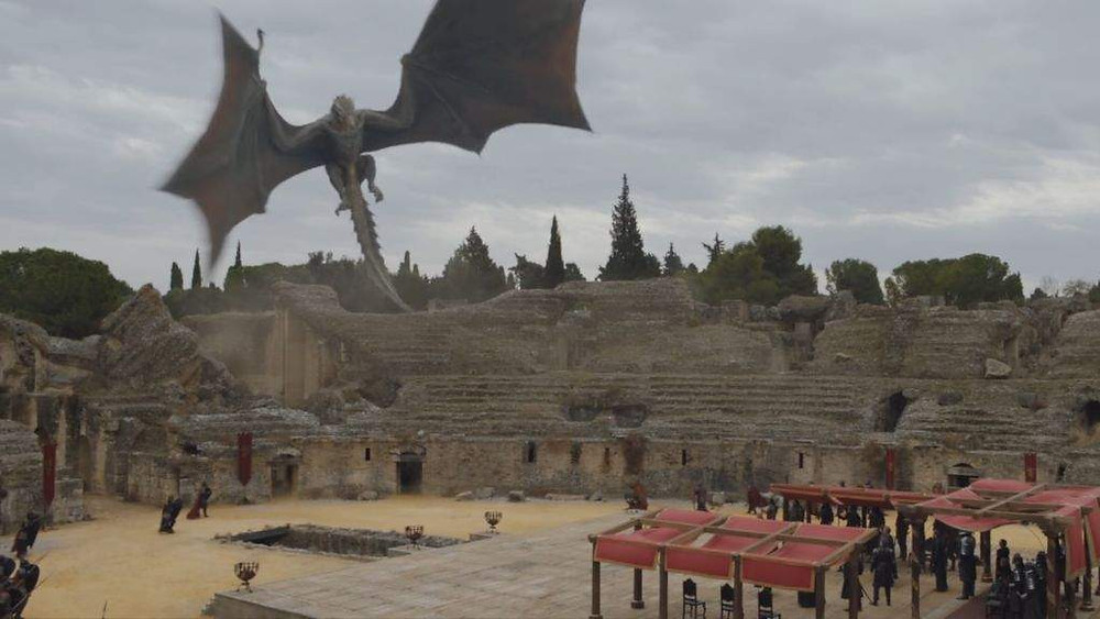 Daenerys arrives for the negotiation at the Dragonpit in Italica