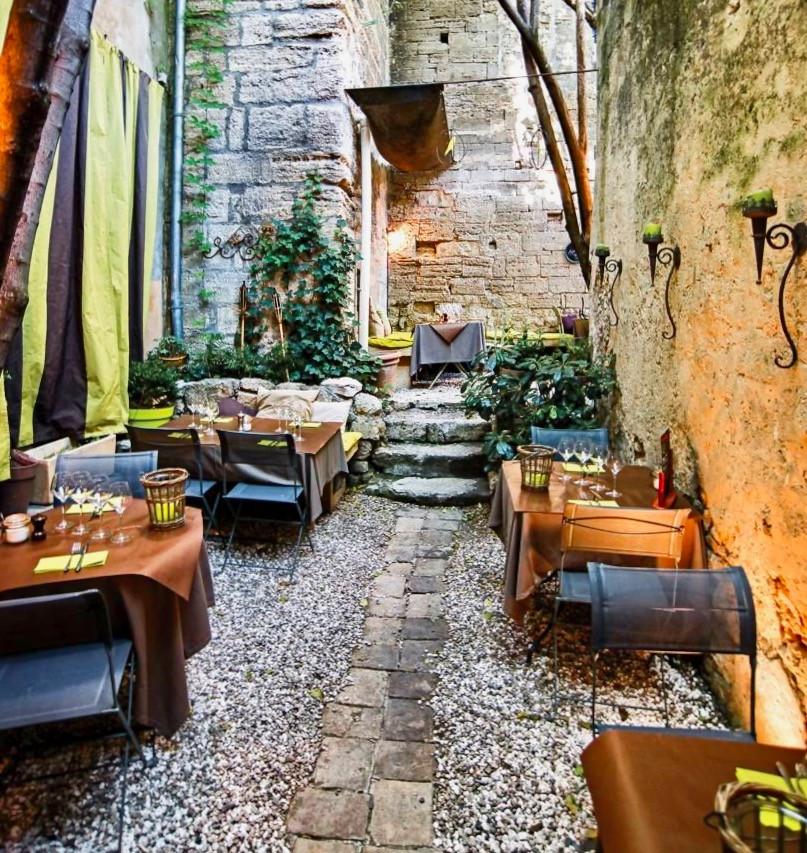 the quaint courtyard of the restaurant Le Bec à Vin