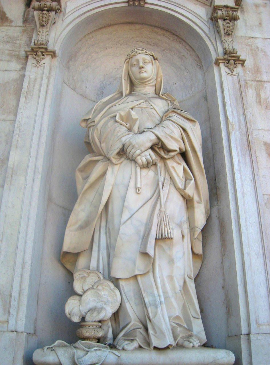 one of the exterior statues on the Basílica da Estrela