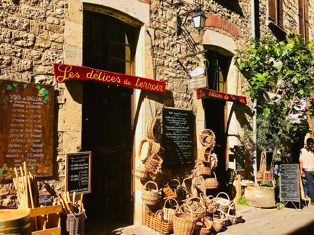 a wine store and artisan shop in Cordes Sur Ciel