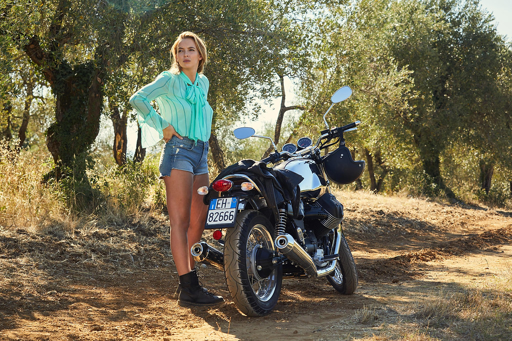 Villanelle tearing through Tuscany on a motorbike