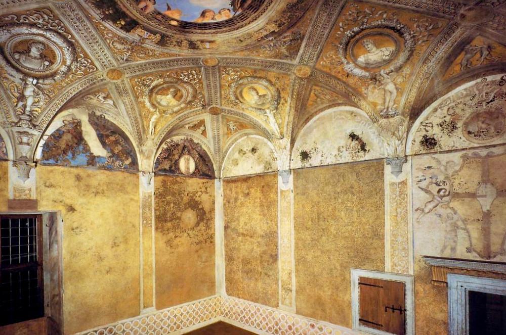 golden walls resembling brocade in the Camera degli Sposi