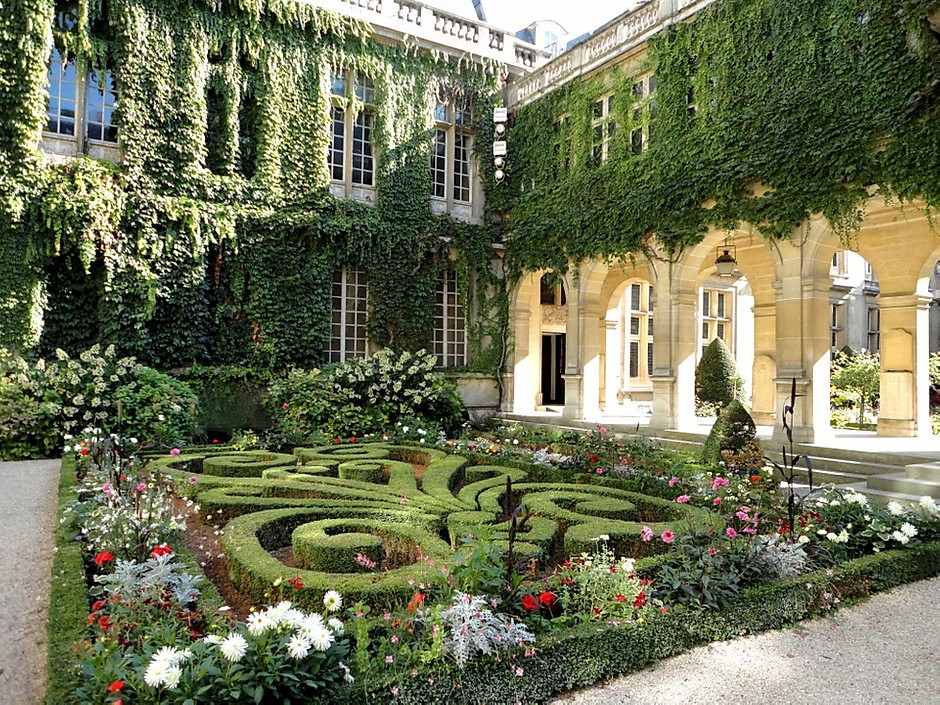 the magical courtyard of the Musee Carnavalet