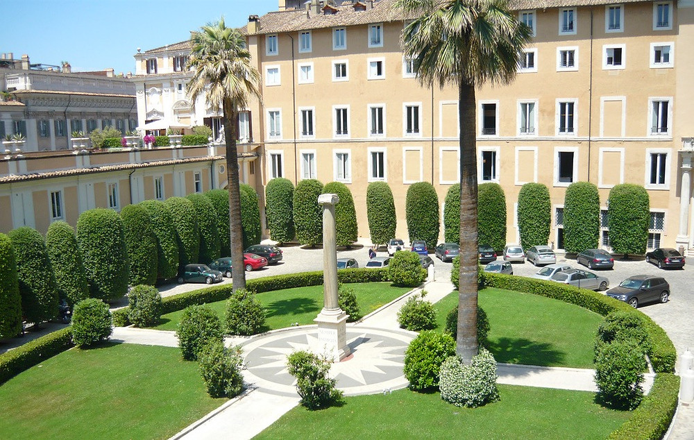 entrance courtyard, with the distinctive Colonna column