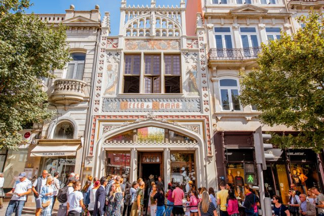 crowds queueing up in front of Livraria Lello in Porto
