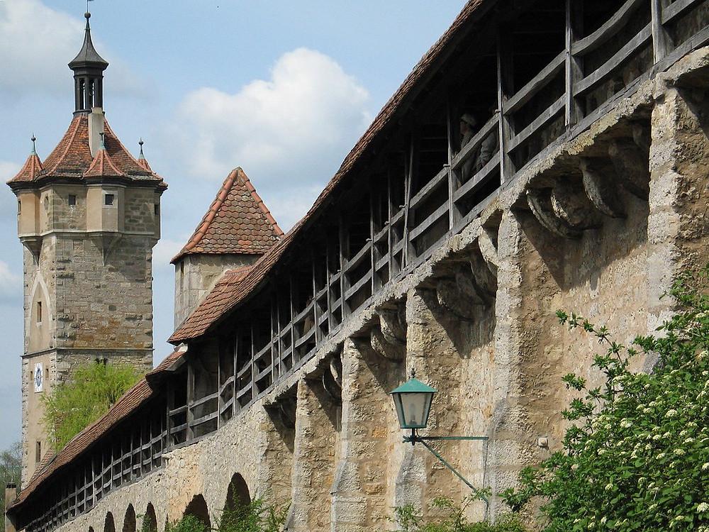 the city walls of Rothenburg ob der Tauber, r, Klingentor Tower on the left