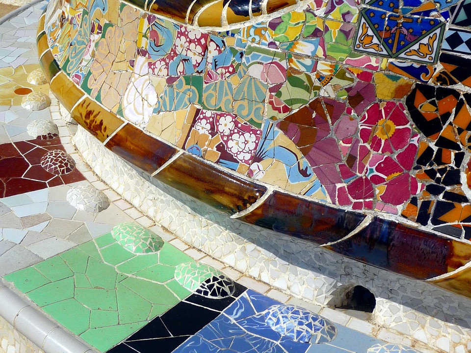 detail of the serpentine bench of Park Güell