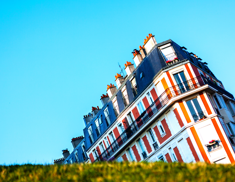 the illusion of the sinking house in Montmartre