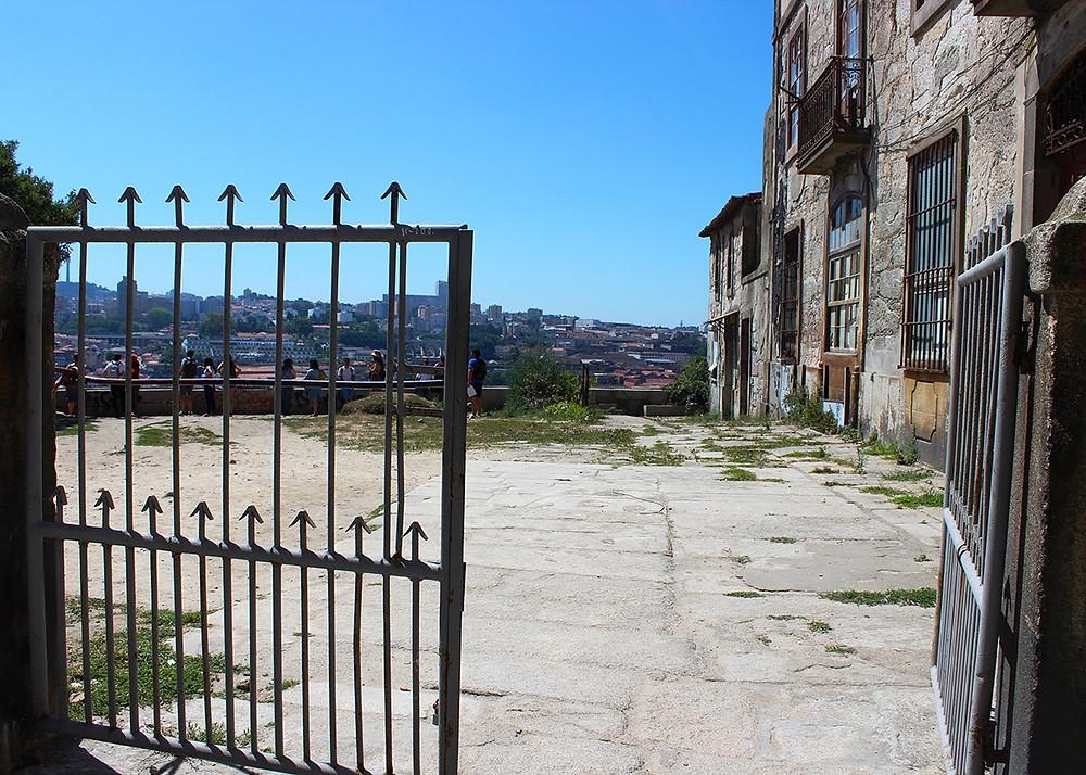 unlikely entrance to the spectacular Miradouro Da Vitória