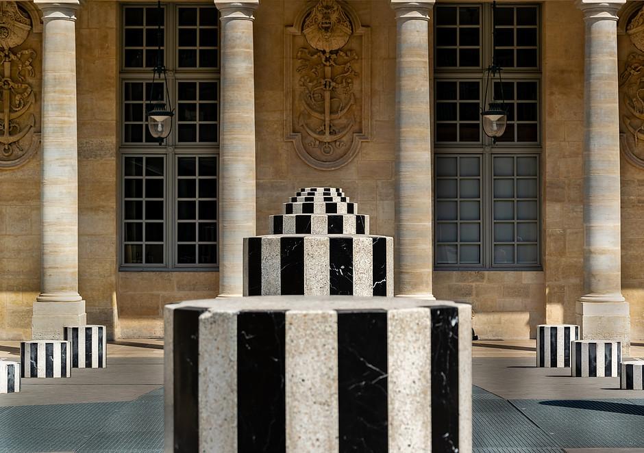 vanishing point and symmetry of the Colonnes de Buren