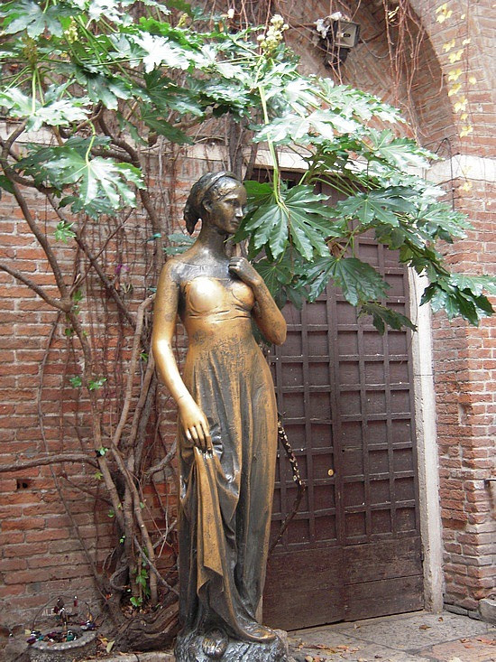the bronze statue of Juliet in the courtyard