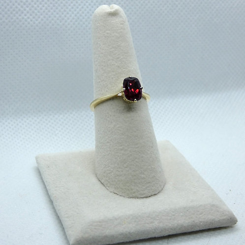 14 Karat Yellow Gold Oval Garnet Ring