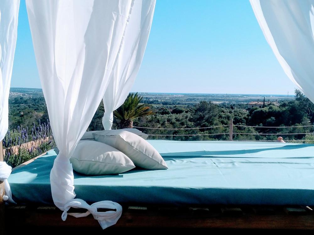 Finca Puntiro Mallorca - auf dem Daybed den Panoramablick auf die Bucht von Palma genießen